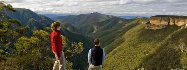 Walkers at the top of Kanangara Walls, Blue Mountains (credit: Chris Jones, Destination NSW)