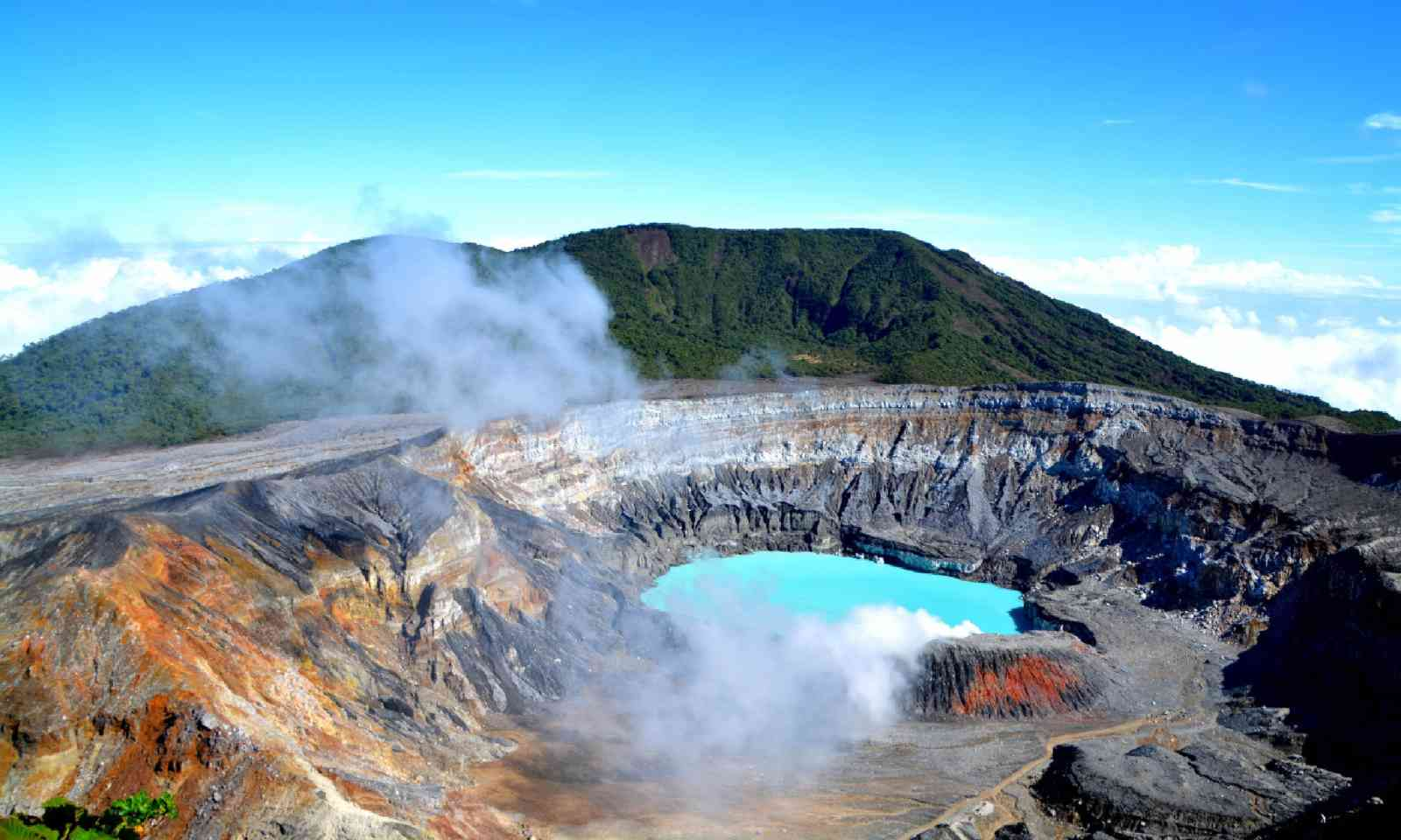 Crater by the lake of the Poas volcano (Shutterstock)