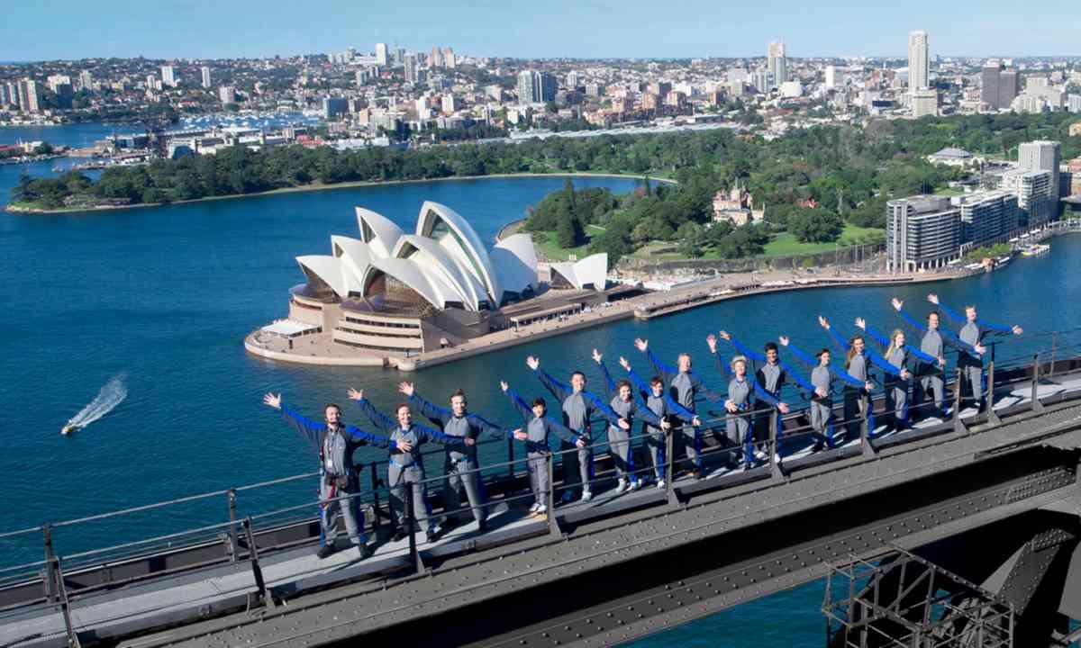 Bridge climbers (bridgeclimb.com)