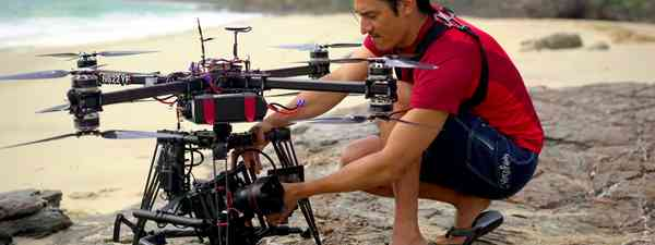 Director Jeff Orlowski testing out a drone (Catherine-Yrisarri/Chasing Coral)
