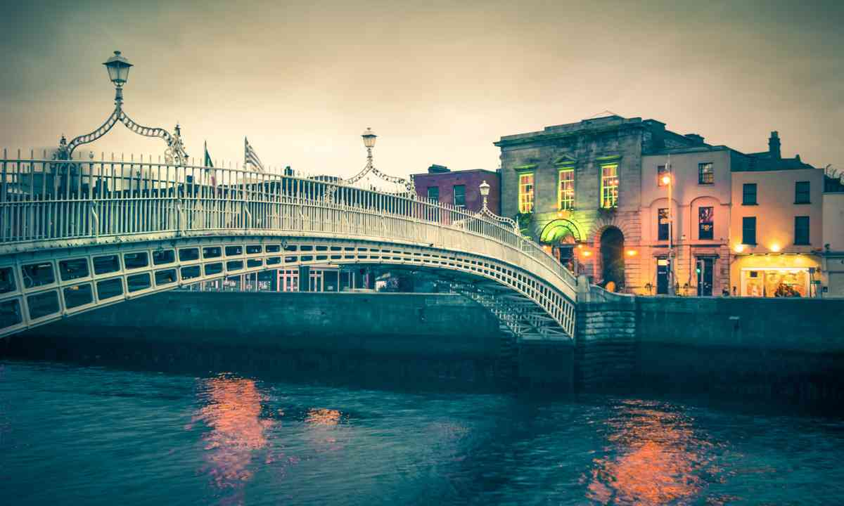 Ha'Penny Bridge Dublin (Shutterstock.com)