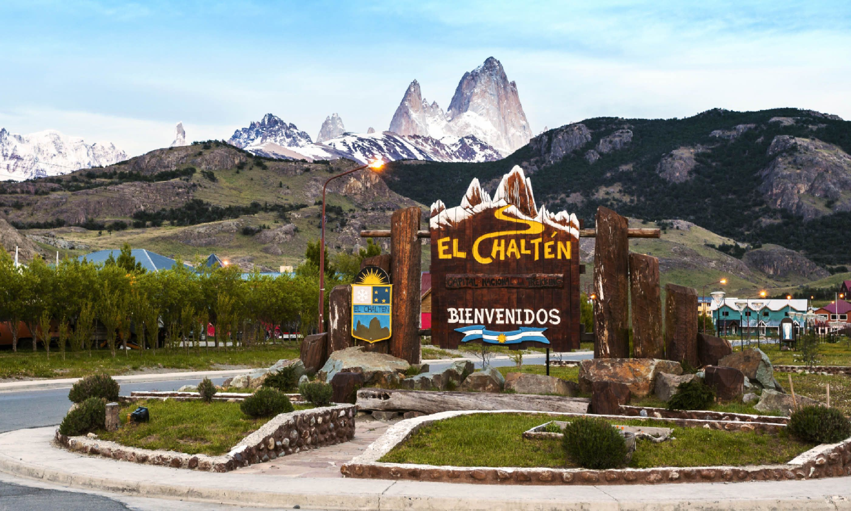 Welcome to El Chalten village sign with Fitz Roy mountain range in background (Dreamstime)