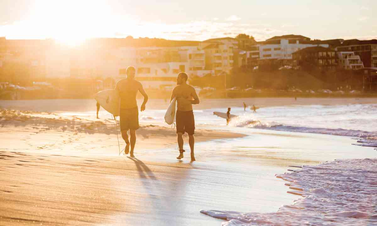 Off to catch the morning waves at Bondi (Daniel Boud/Destination NSW)