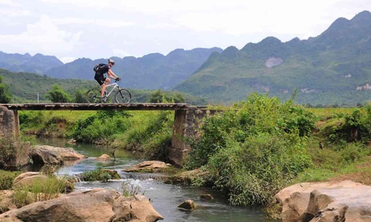 (Cycling in Vietnam 9KE Adventures)