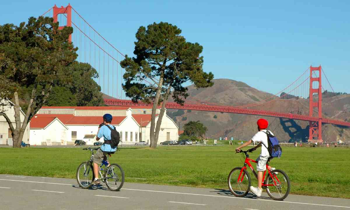 Bridge cyclists in San Francisco (Dreamstime)