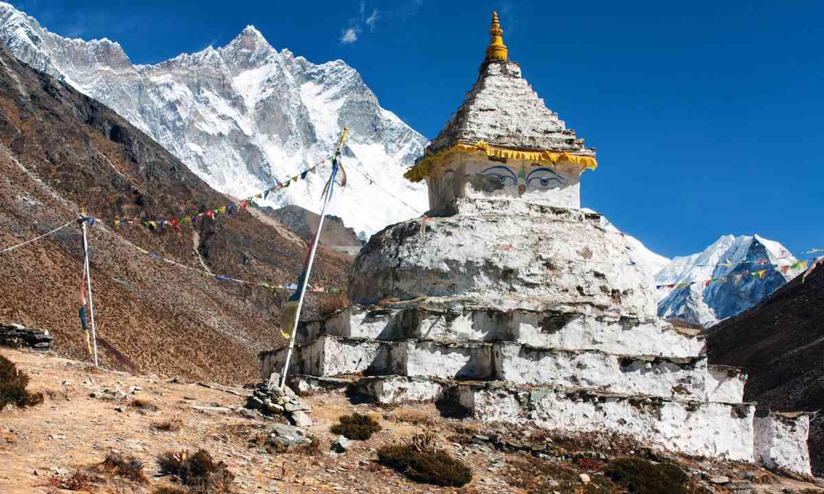 Buddist Stupa, Mt Lhotse (Shutterstock.com)