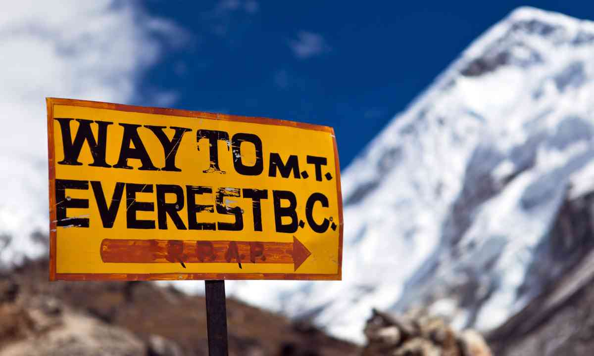 Sign pointing way to Everest (Shutterstock.com)