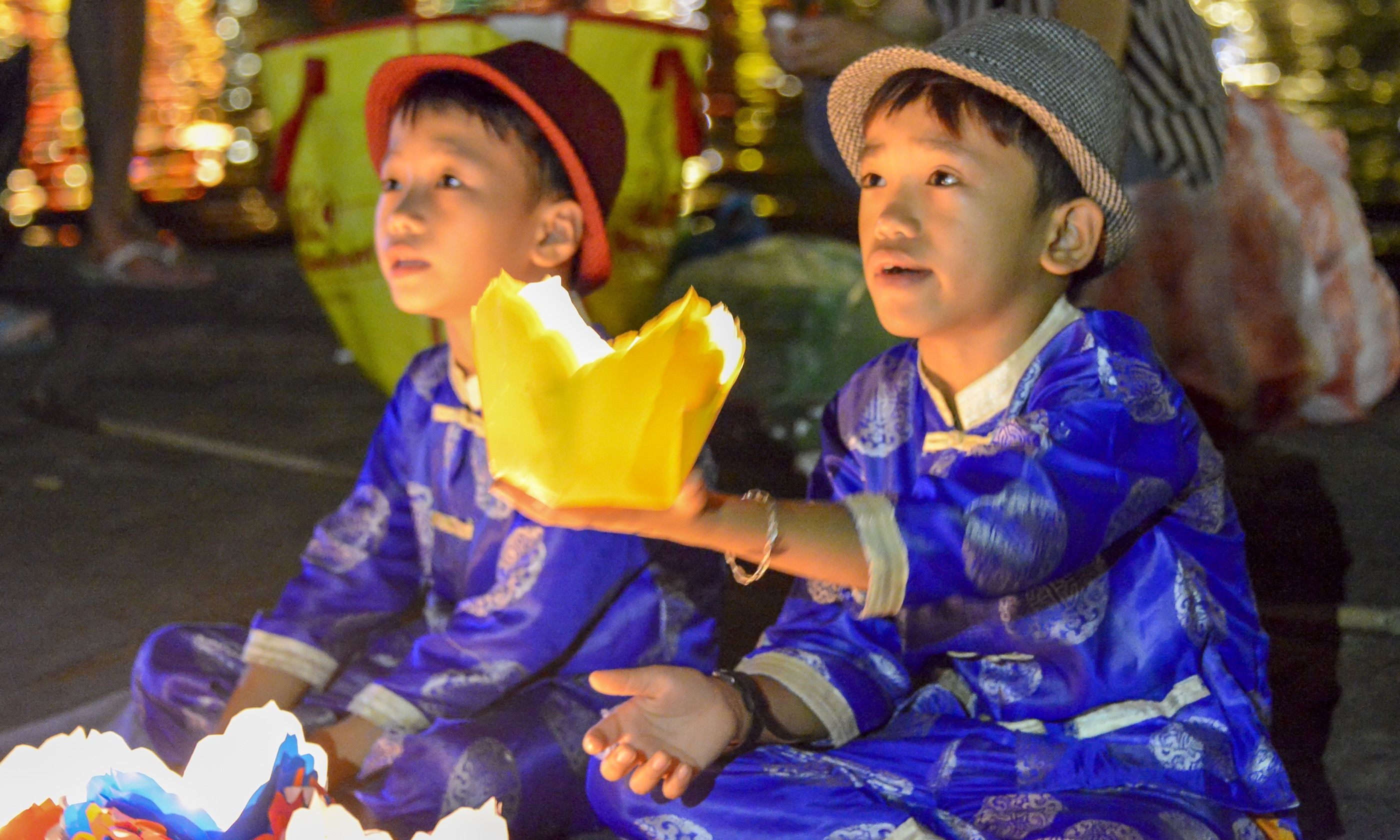 Young boys selling lanterns in Hoi An (Dreamstime)