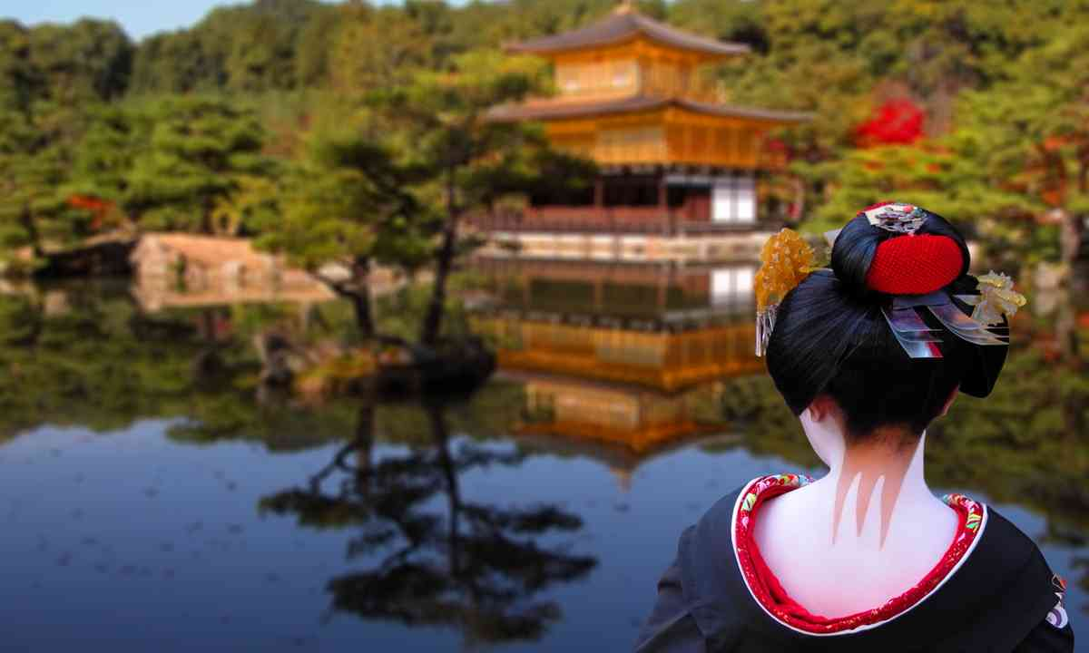 Geisha looking to the Golden Temple in Kyoto (Dreamstime)
