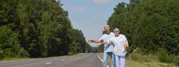 Elderly couple hitchhiking (Shutterstock)