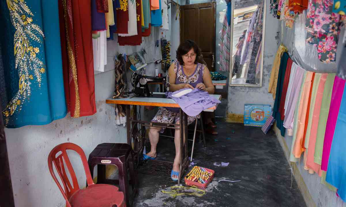 A tailor at work inHoi An (Dreamstime)