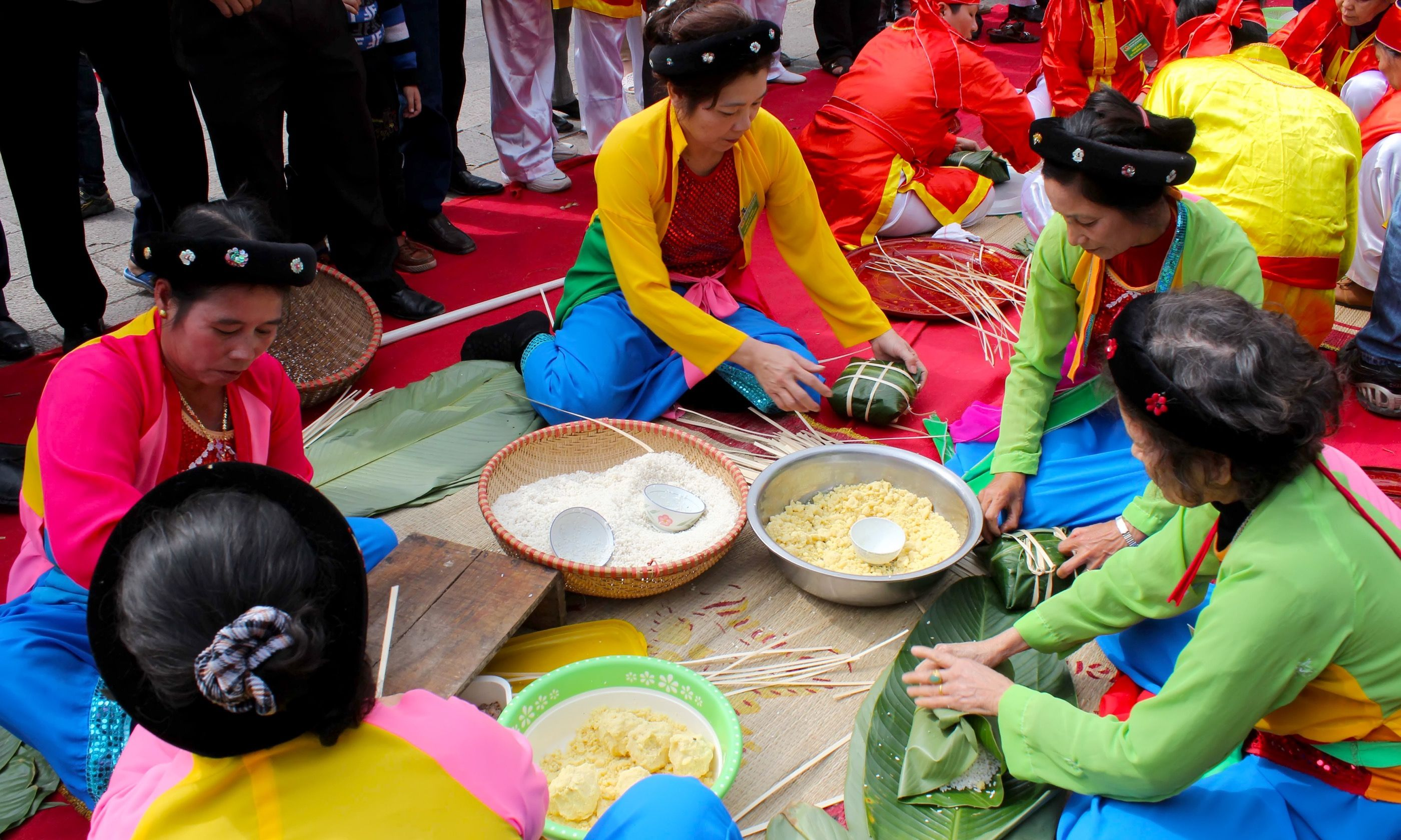 Preparing traditional rice cakes (Dreamstime)