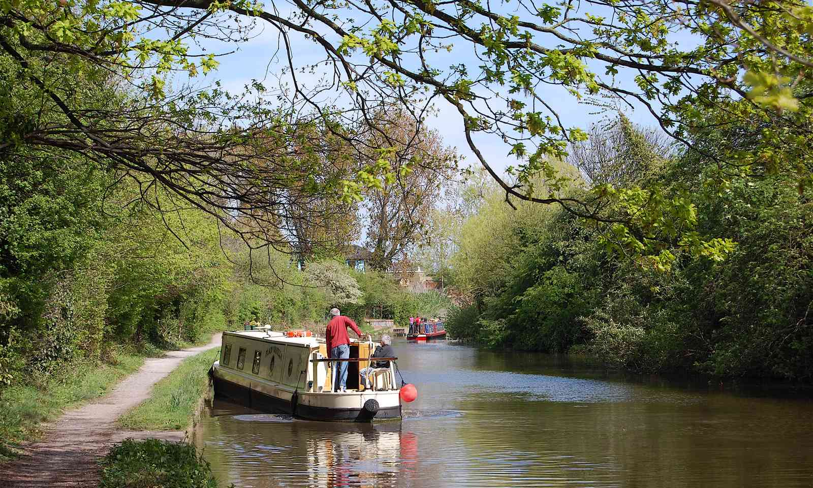 Narrow boat on Grand Union Canal (Shutterstock.com)