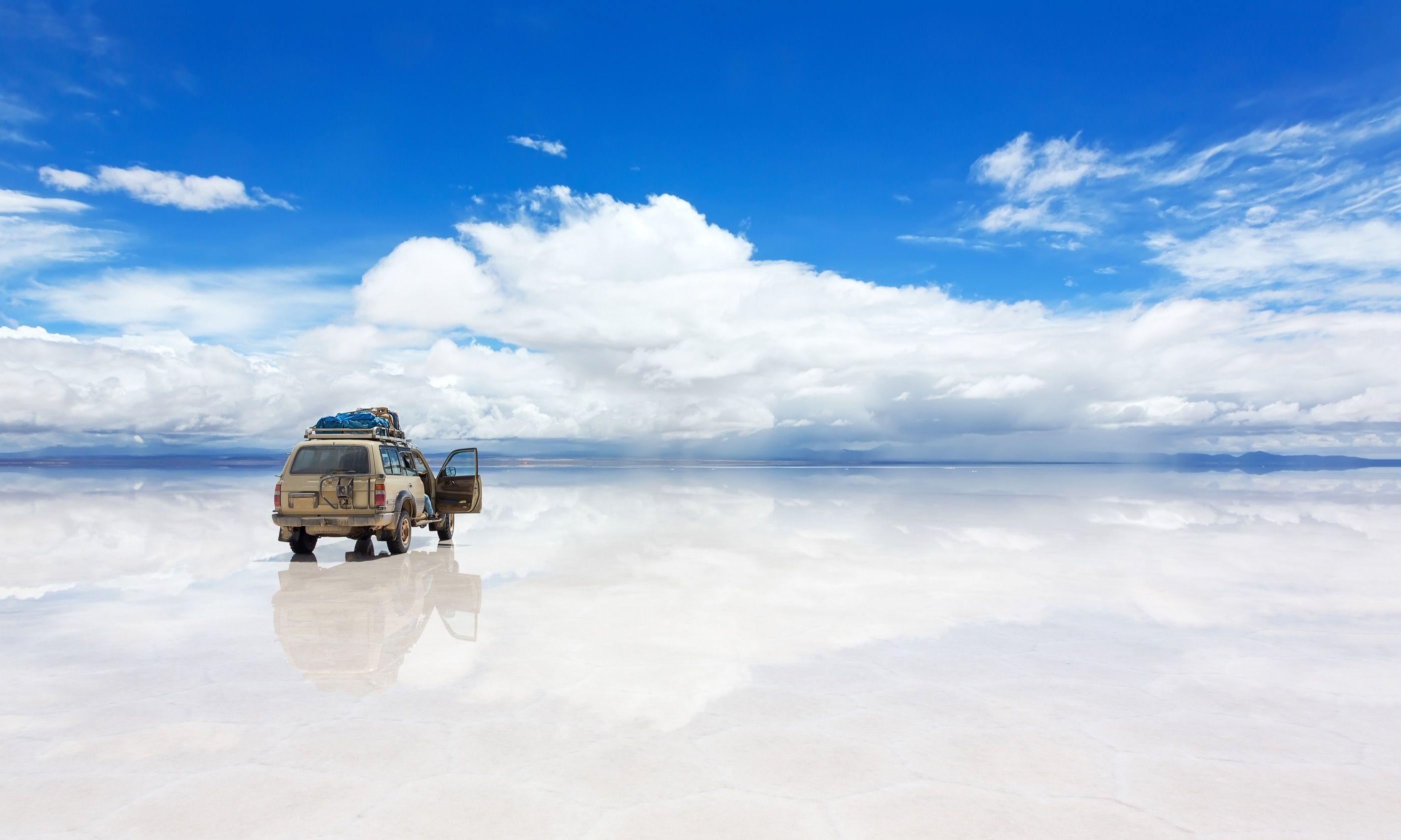 4WD on Salar de Uyuni (Dreamstime)