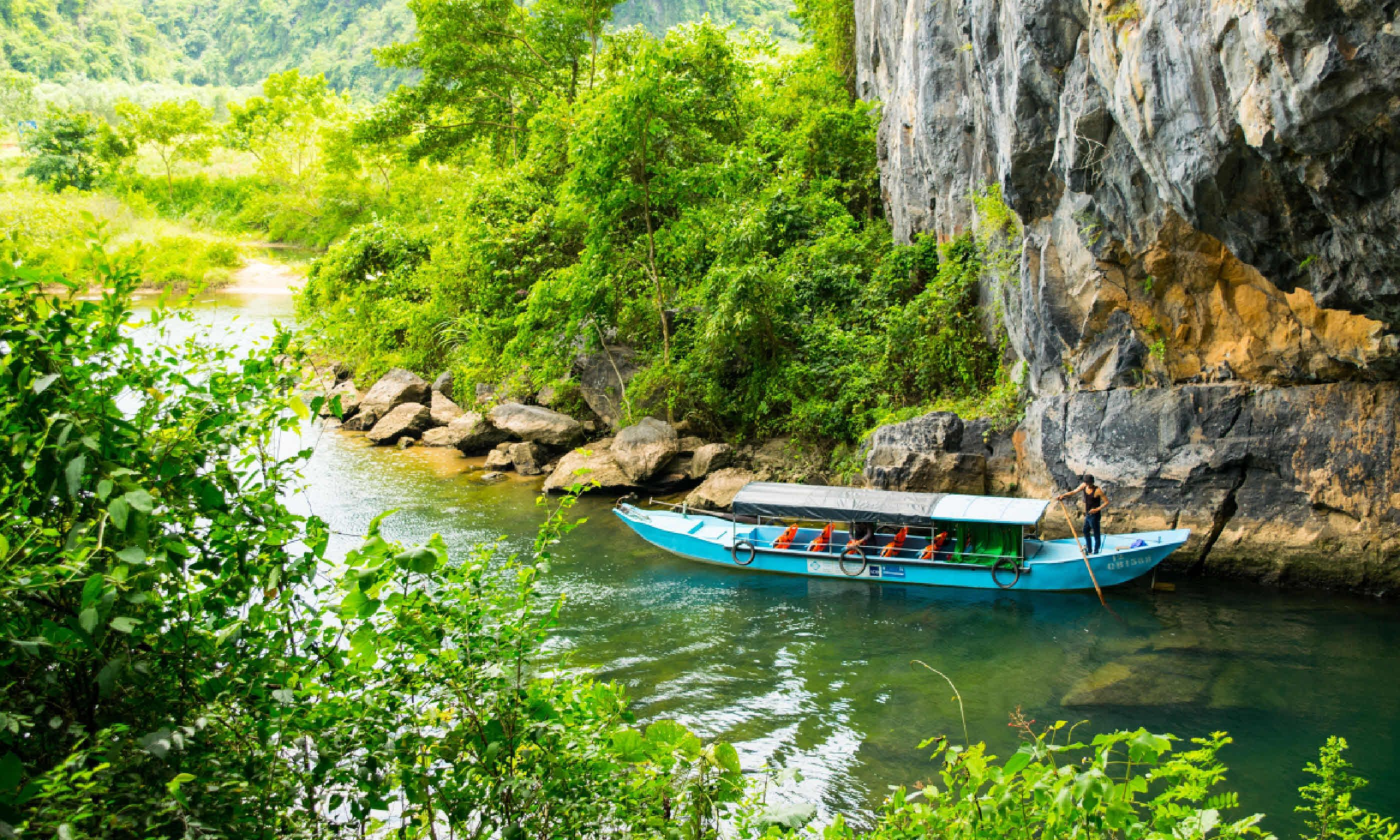 Tourist boats, the mouth of Phong Nha cave with underground river (Dreamstime)