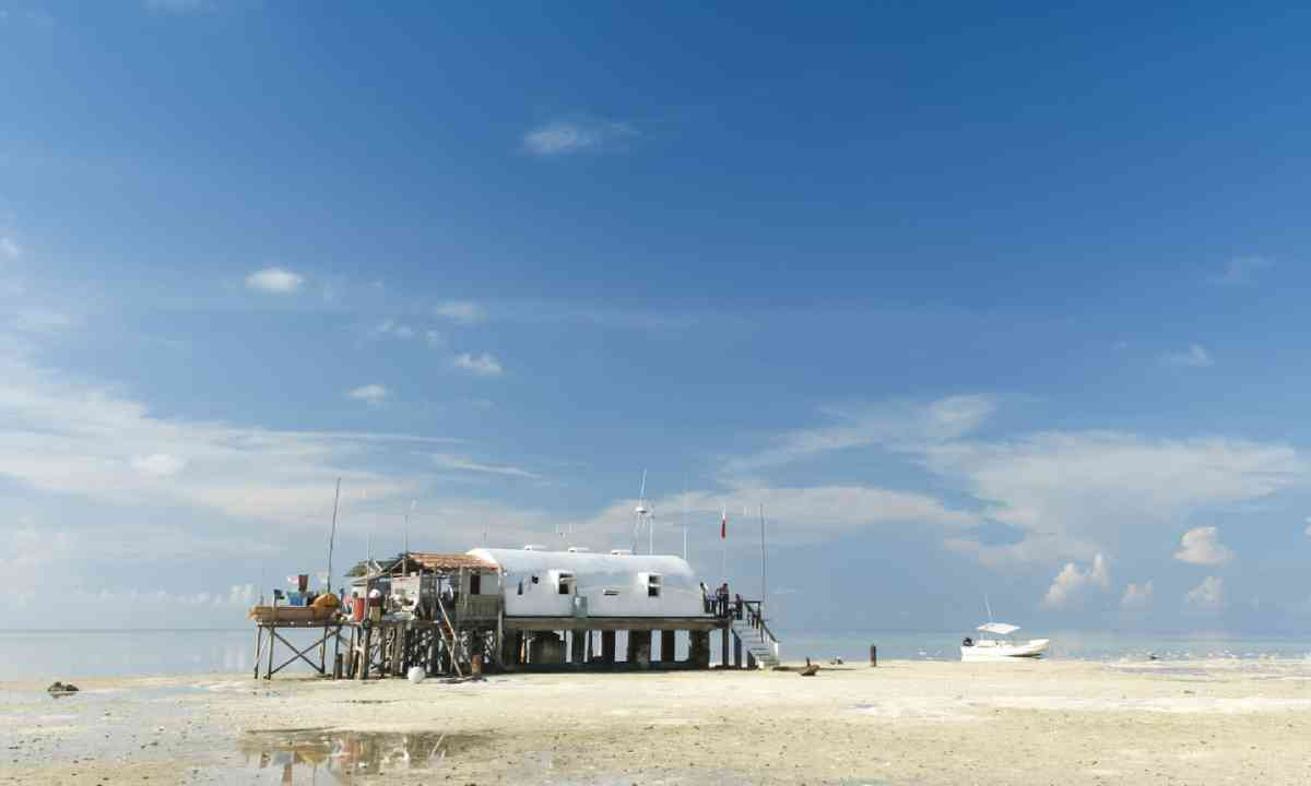 Remote ranger station on tubbataha reefs in the sulu sea (Dreamstime)