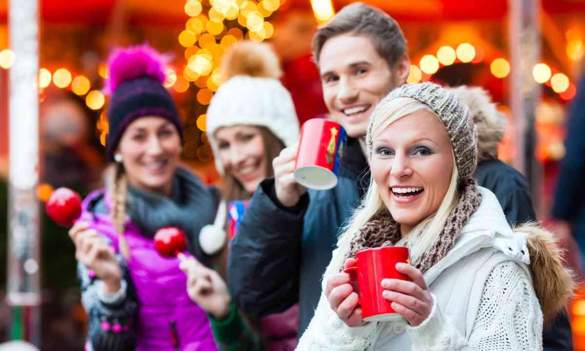 Friends enjoying mulled wine in a German Christmas market (Shutterstock.com)