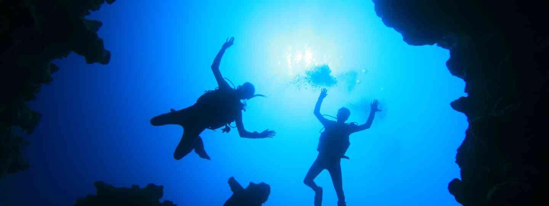 Scuba divers (Dreamstime)