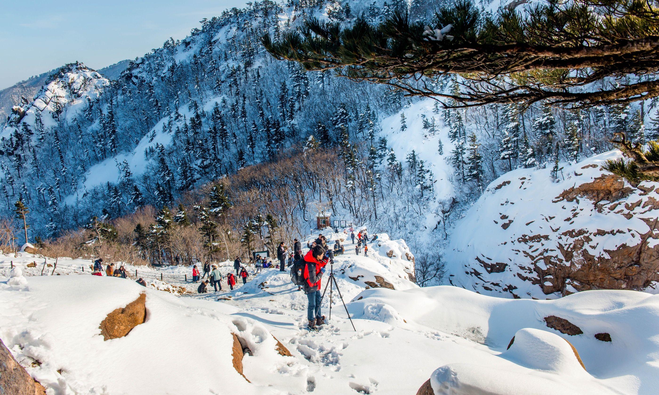 Skiing in Deogyusan, South Korea (Shutterstock.com)