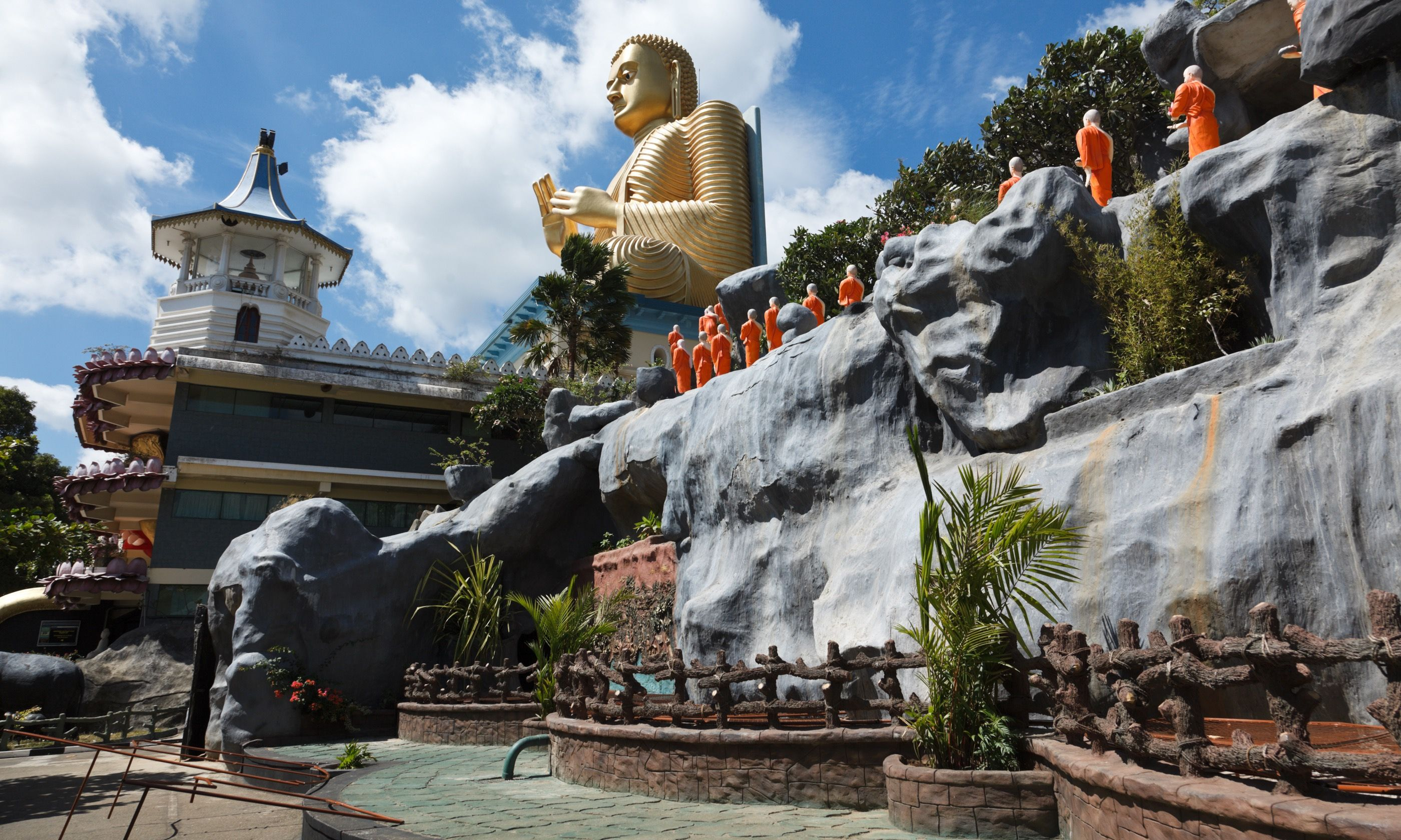 Gold Buddha temple, Dambulla (Shutterstock.com)