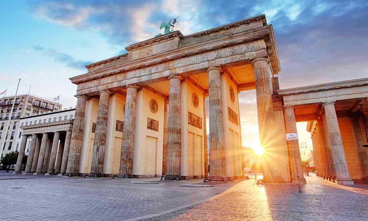 Sun shining through Brandenberg Gate (Shutterstock.com)