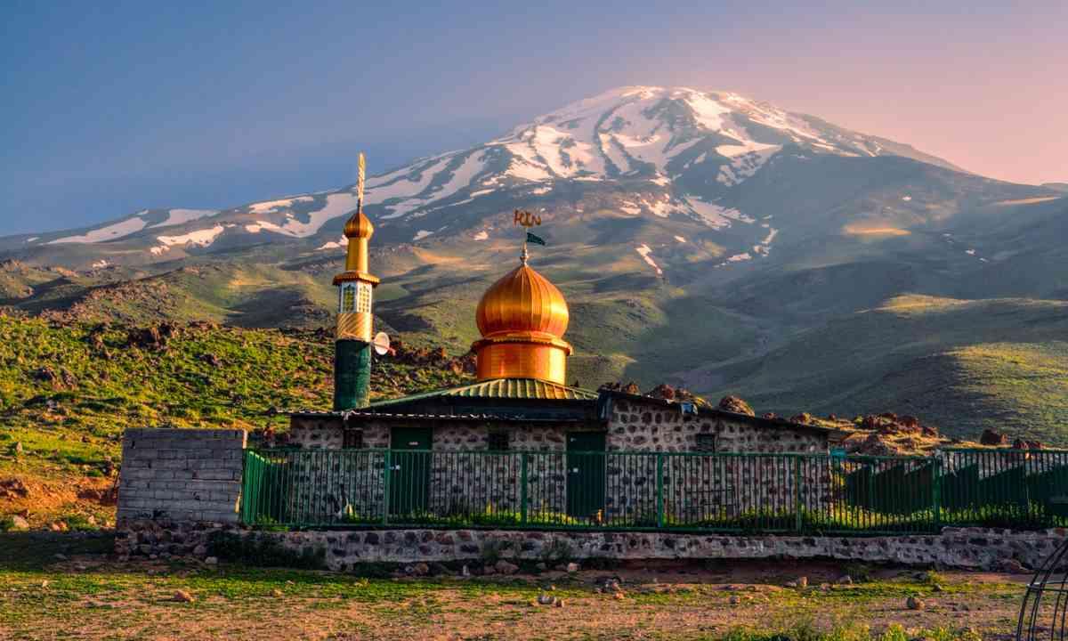 Mosque under Mount Davamand (Shutterstock.com)