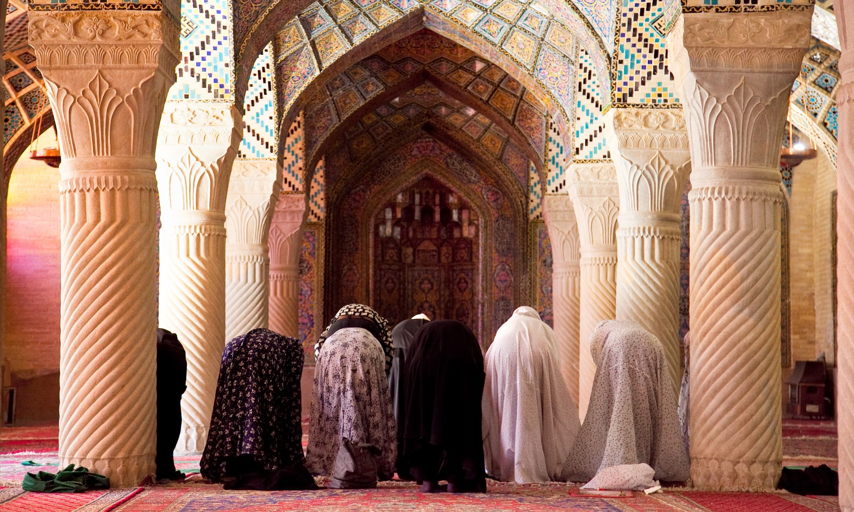 Prayer in Shiraz mosque (Shutterstock.com)