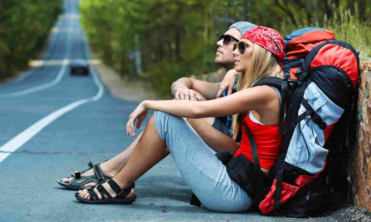Two young hitchhikers (Dreamstime)