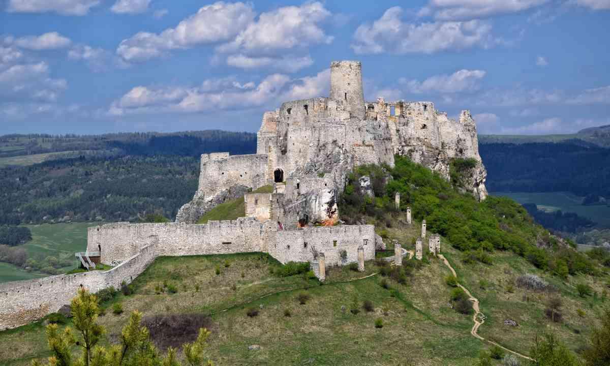 Spiš Castle. Overlooked plebs not shown. (Dreamstime)