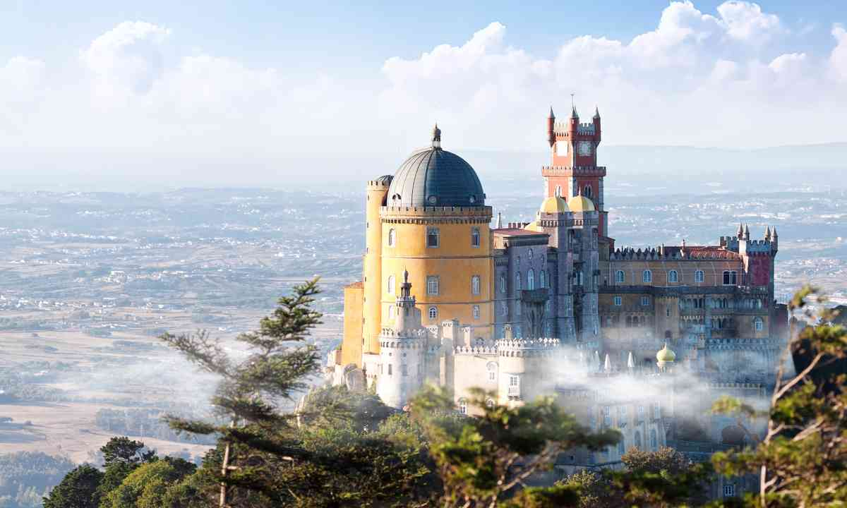 Pena Palace in the mist (Dreamstime)