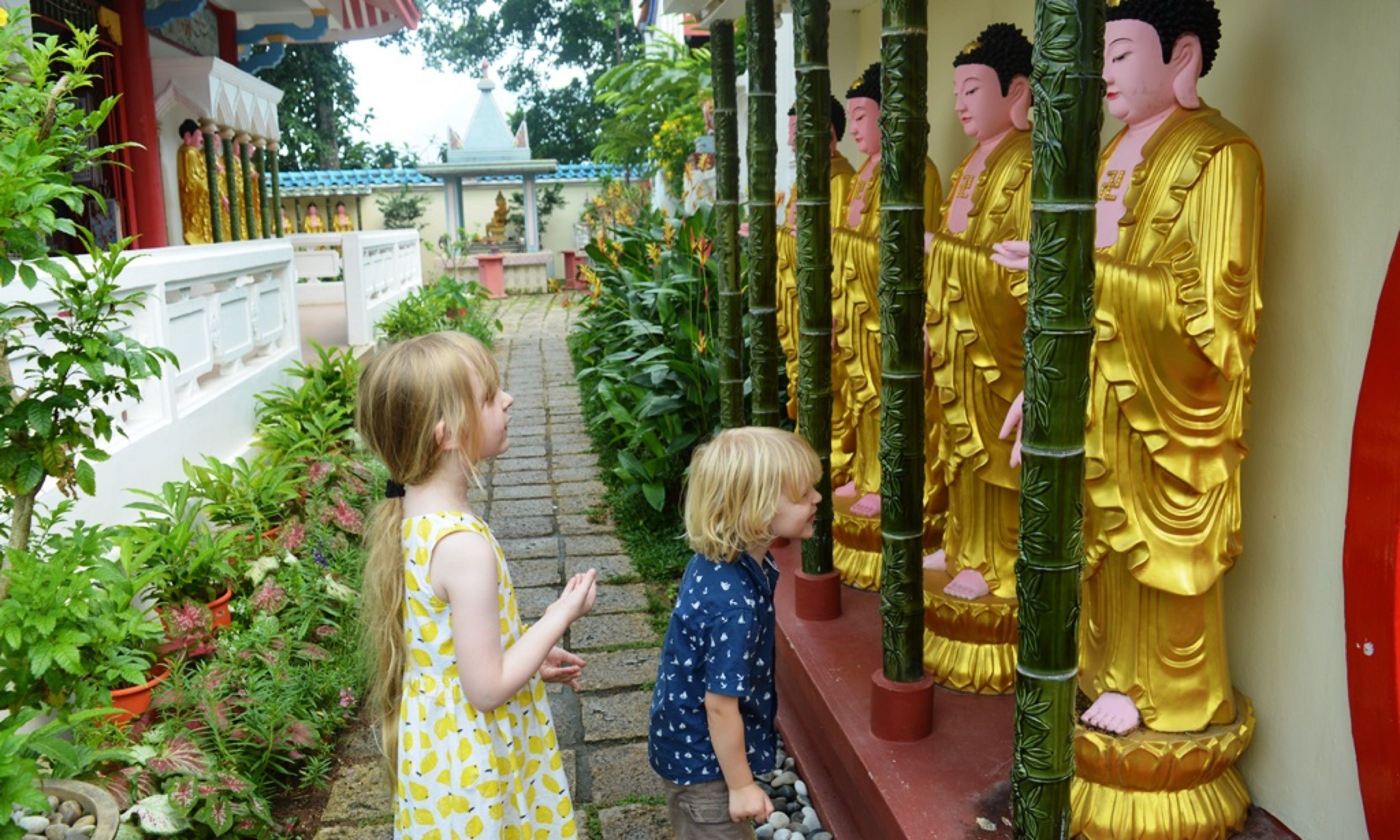 Kids admiring the buddhas at Kek Lok Si (Globalmouse.com)