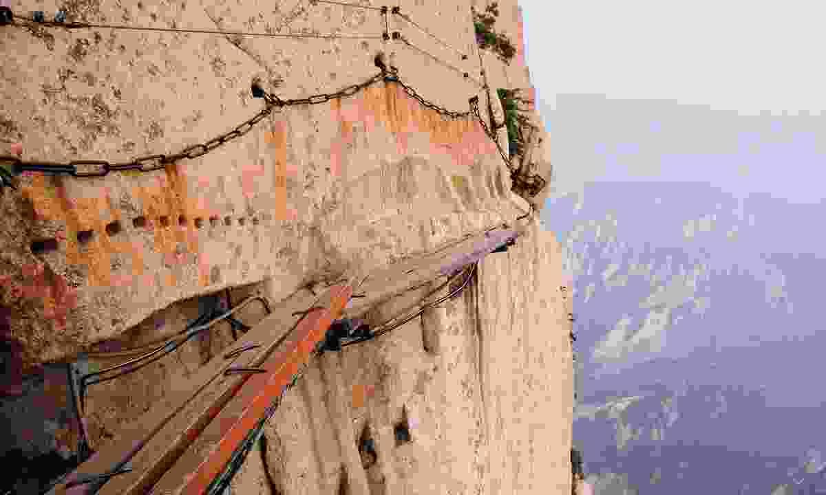 The walkway on Mount Hua (Shutterstock.com)
