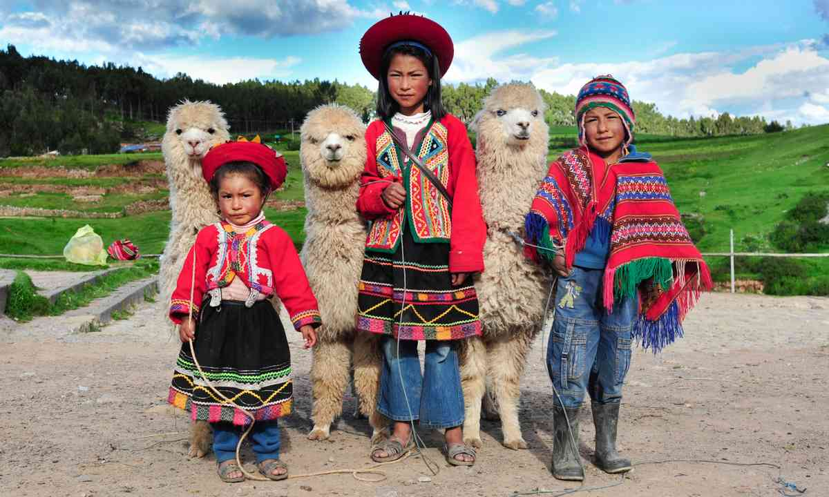 Children in Peru with llamas (Dreamstime)