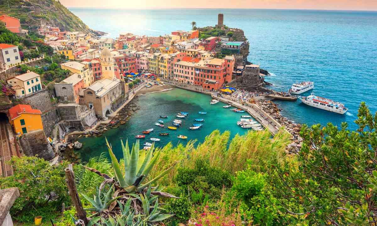 Vernazza, Cinque Terre at sunset (Dreamstime)