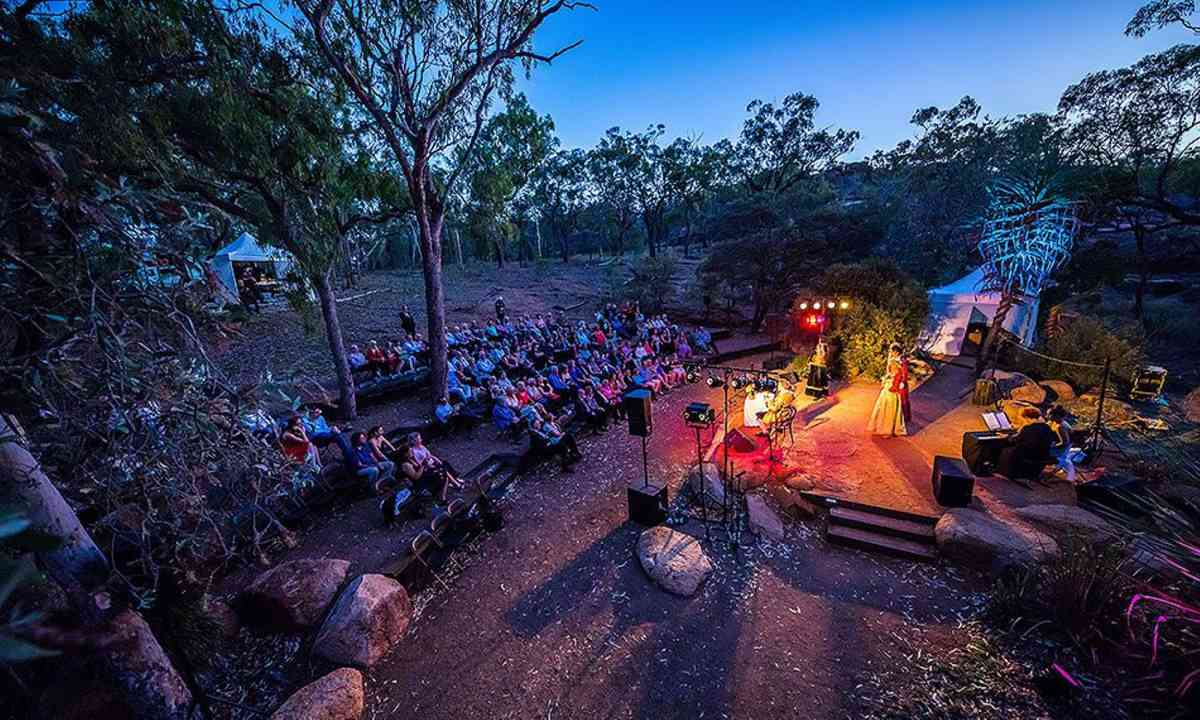 Belting it out in the outback (undara.com.au)