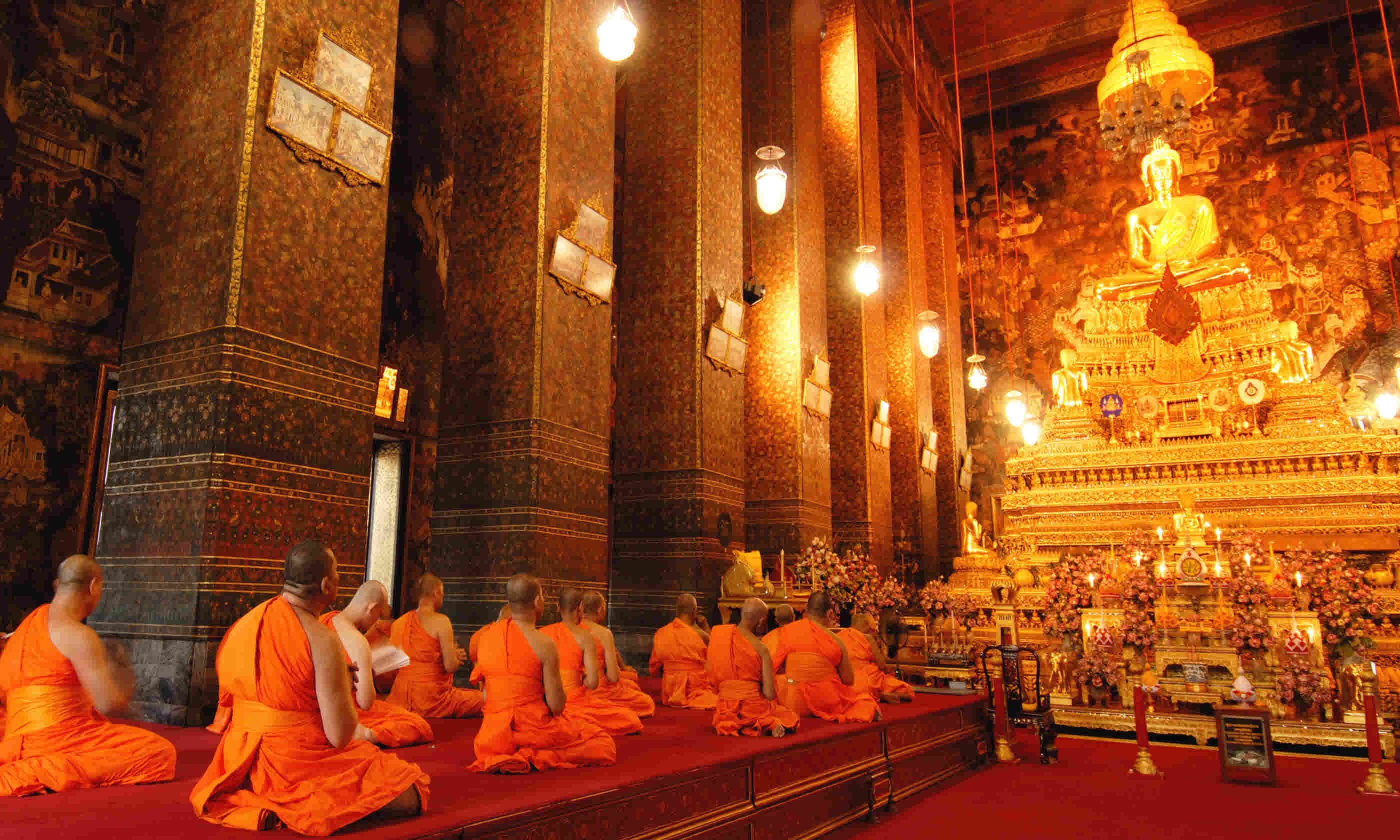 Monks in Wat Pho Temple, Bangkok (Shutterstock)