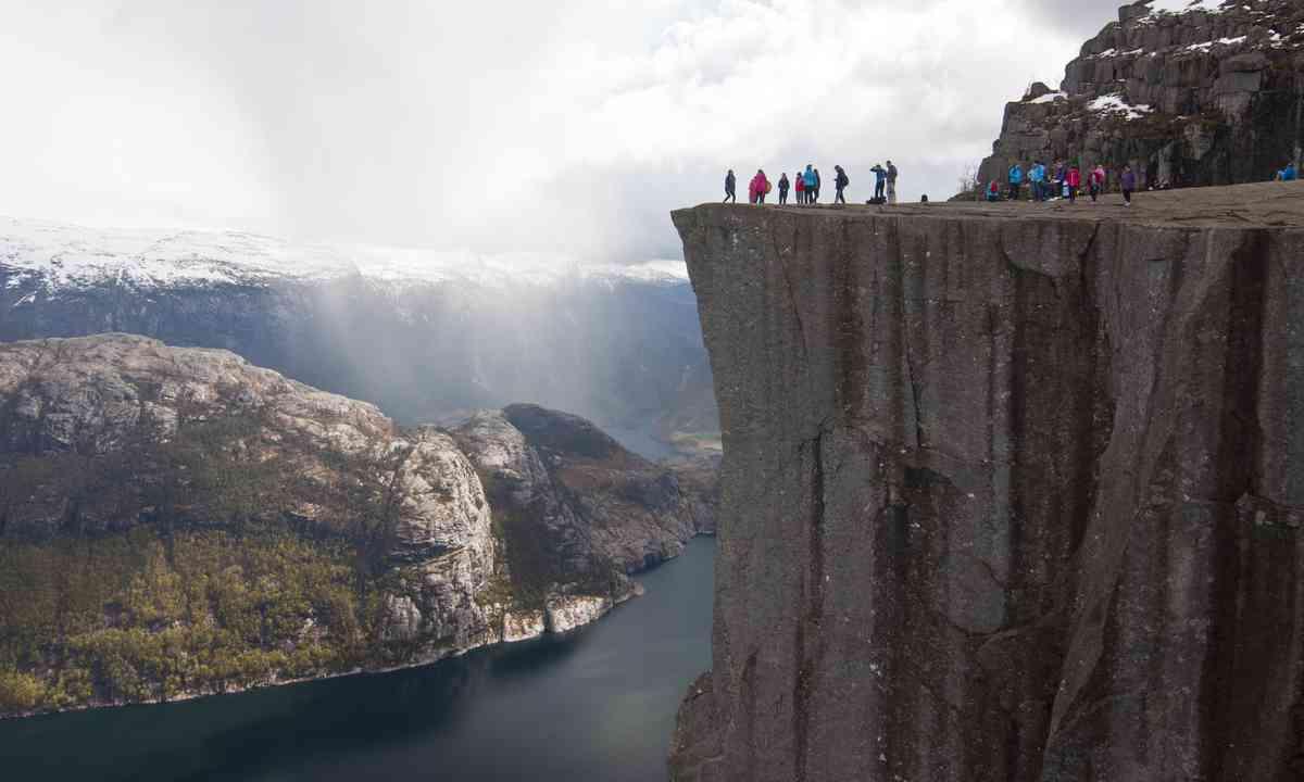 Hikers on Pulpit Rock (Dreamstime)