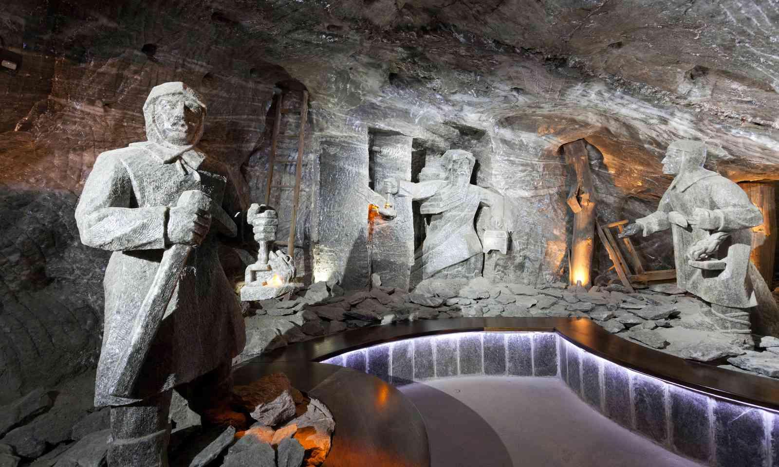 Workers carved from salt in Wieliczka (Dreamstime)