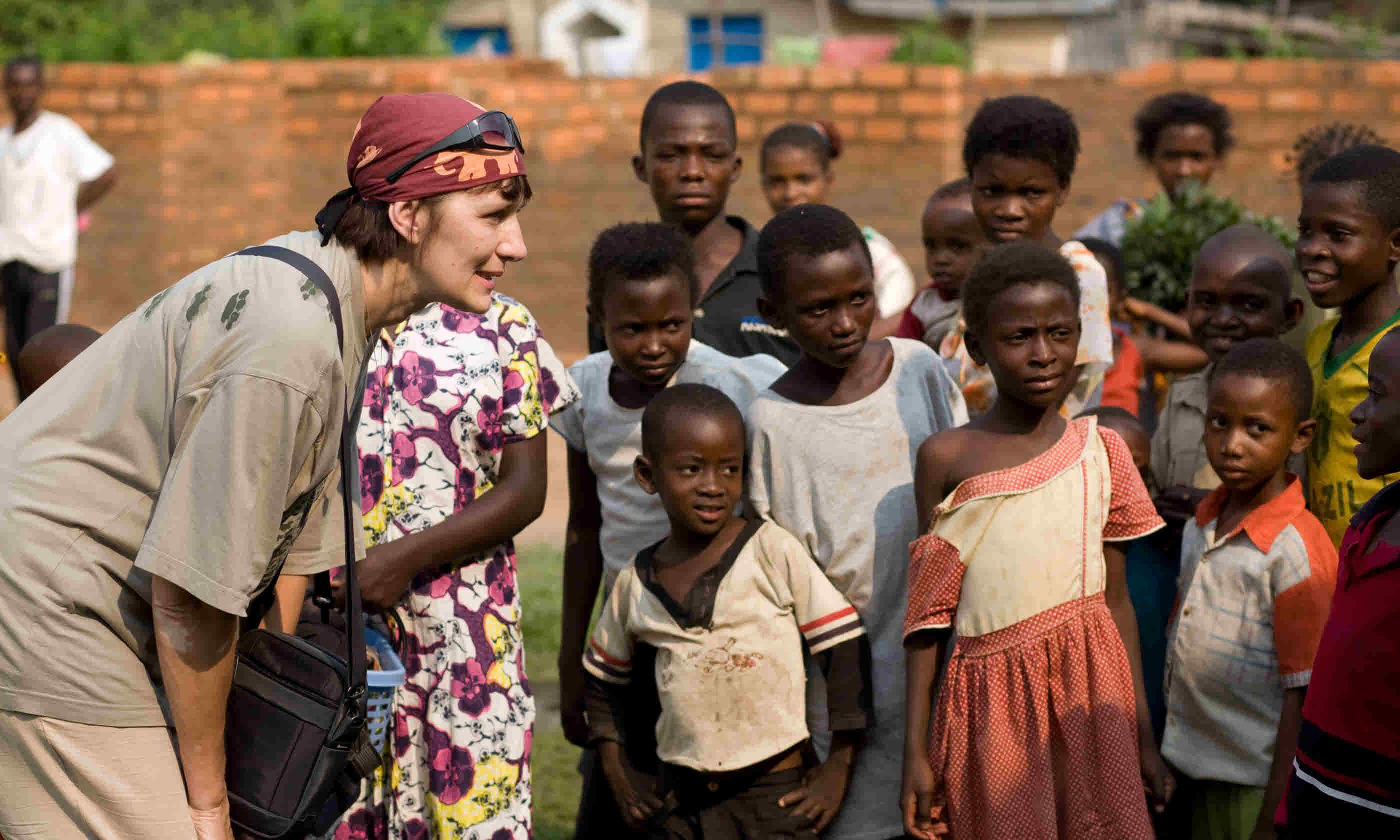 Volunteer talking to Congolese children (Shutterstock)