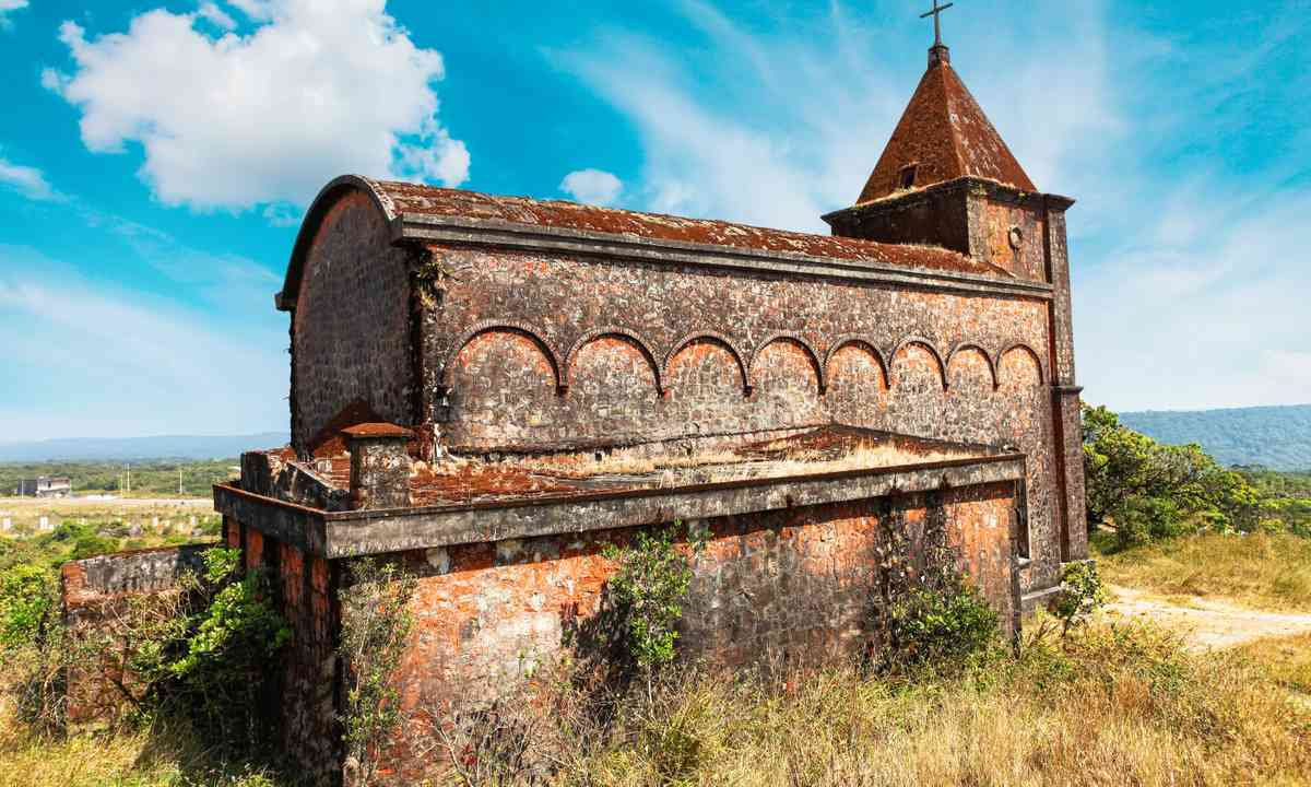 Abandoned church near Kep-sur-Mer (Dreamstime)