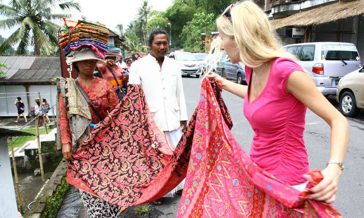 Backpacker haggling over a scarf (Dreamstime)