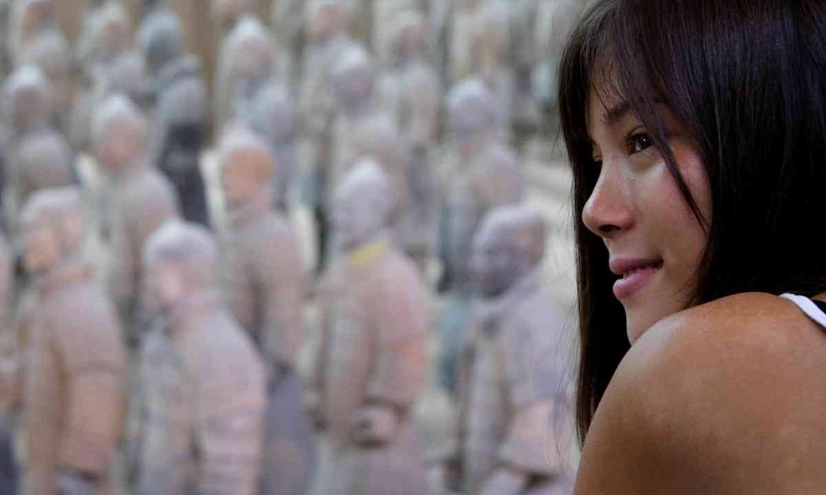 Tourist admiring the Terracotta Warriors (Dreamstime)