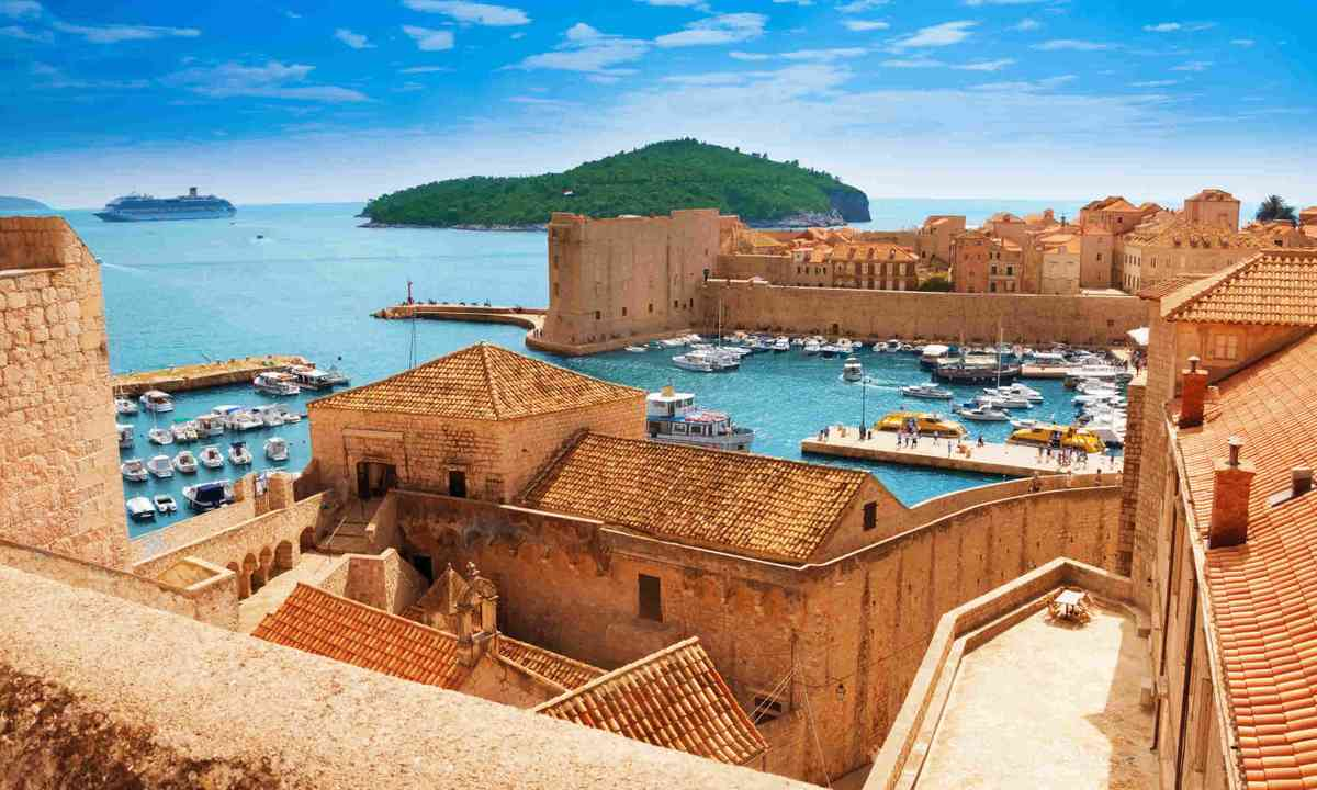 Port of Dubrovnik from the old city walls (Shutterstock)