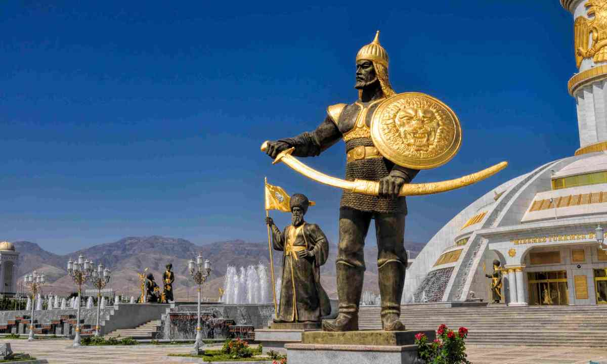 Statues around monument of independence in Ashgabat (Shutterstock)