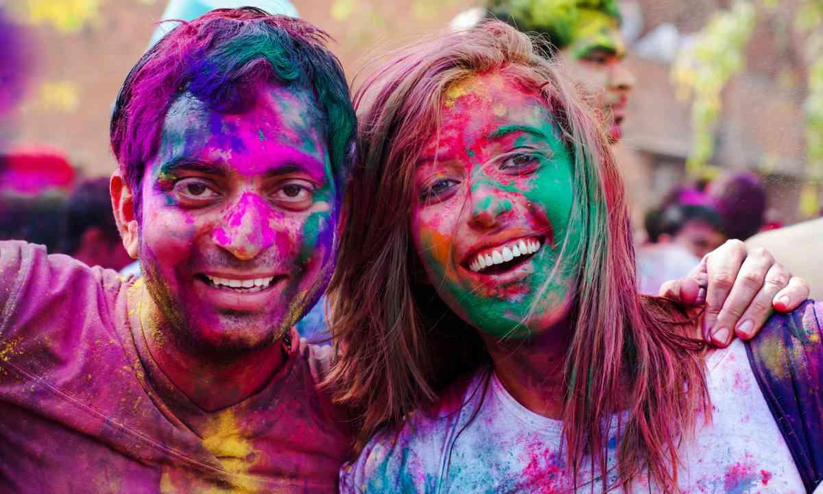 Traveller enhjoying Holi Festival in India (Dreamstime)
