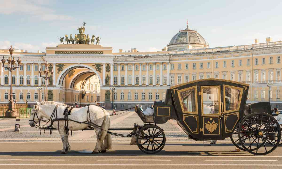 Horse and carriage outside the Winter Palace (Shutterstock.com)