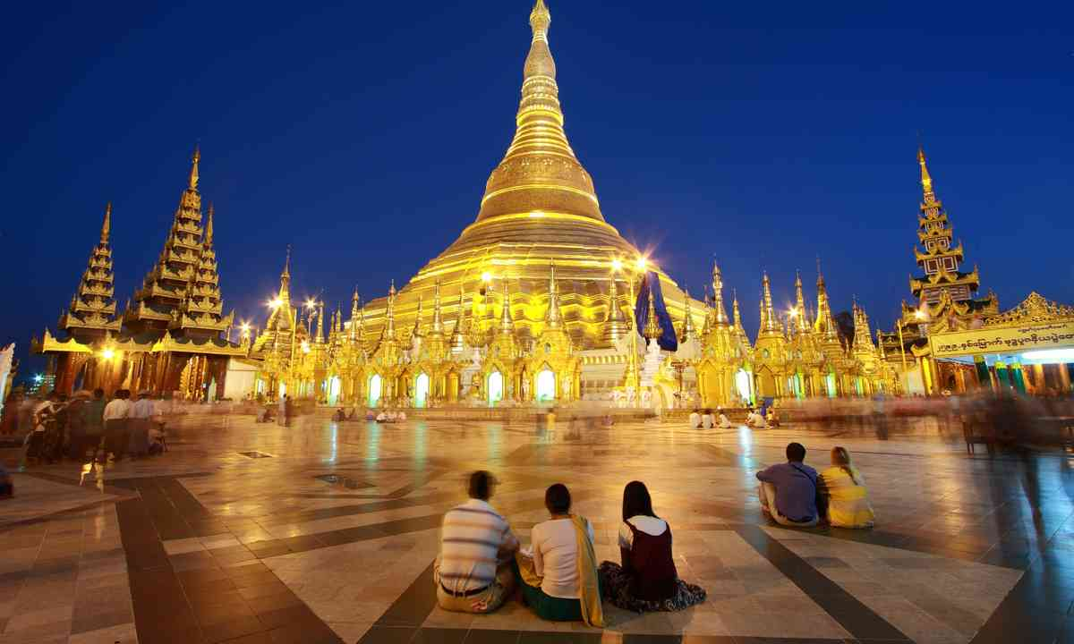 Shwedagon stupa at night (Shutterstock.com)
