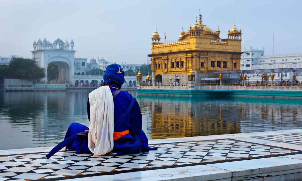 Pilgrim mediating beside the Golden Temple (Shutterstock.com)