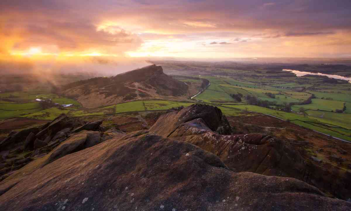 Sunrise over Hen Cloud in the Peak District (Shutterstock.com)