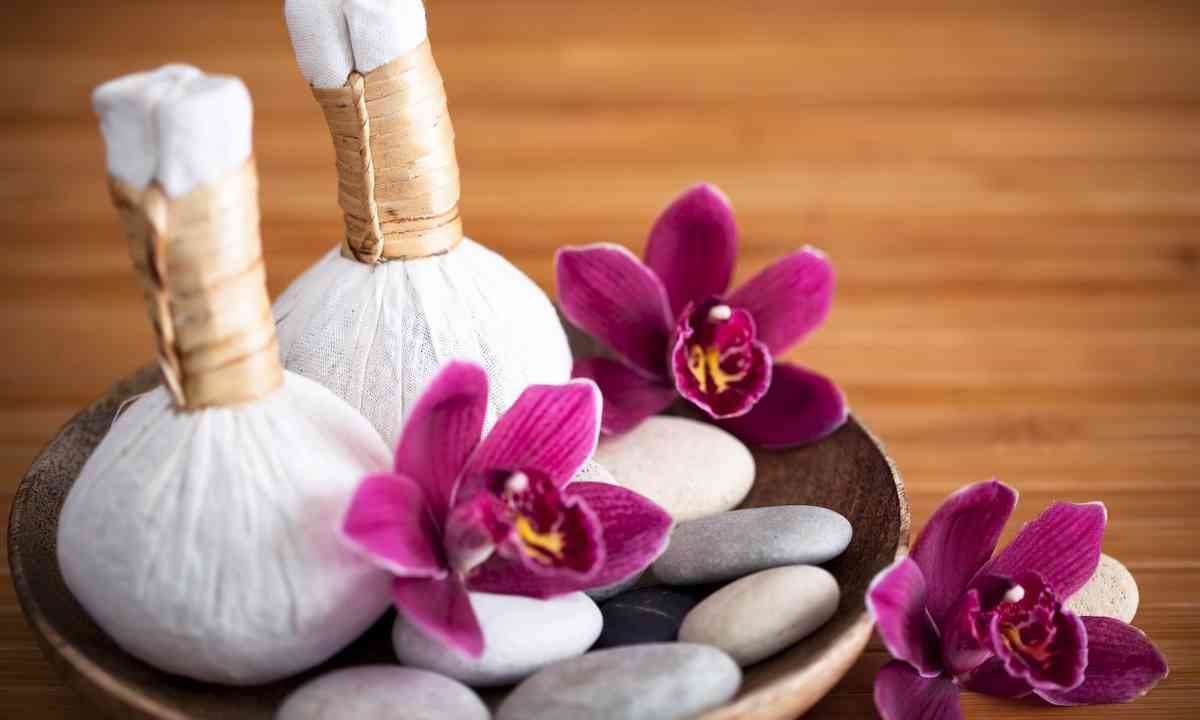 Herbal massage compresses in Thailand (Dreamstime)